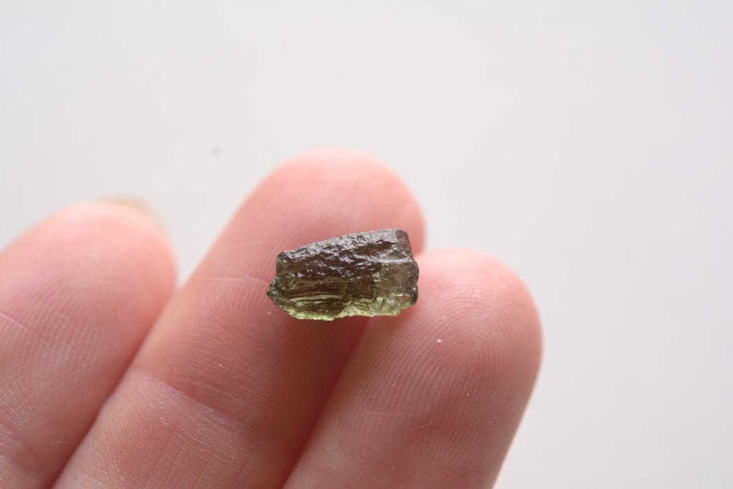 モルダバイト【2】 天然石ルース・カボション片面研磨(42×25mm)