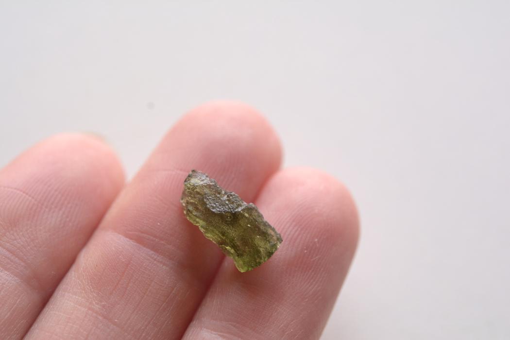 モルダバイト【4】 天然石ルース・カボション片面研磨(39×22mm)